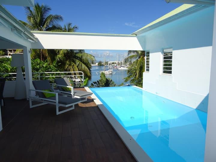 Villa d'architecte avec piscine face au lagon