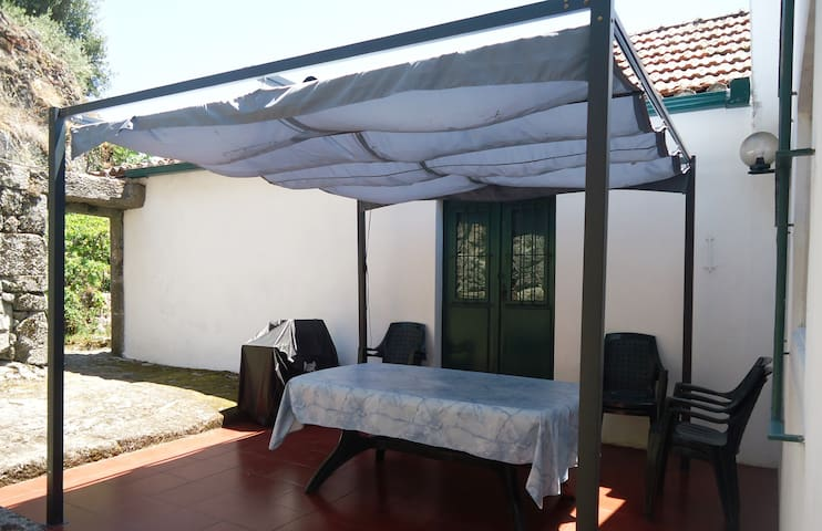 Pergola and bbq at back of the house