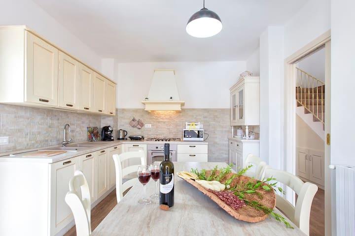 cucina , drink aperitivo , vino rosso Cannoanau ,  Pecorino , salume tipico Sardo