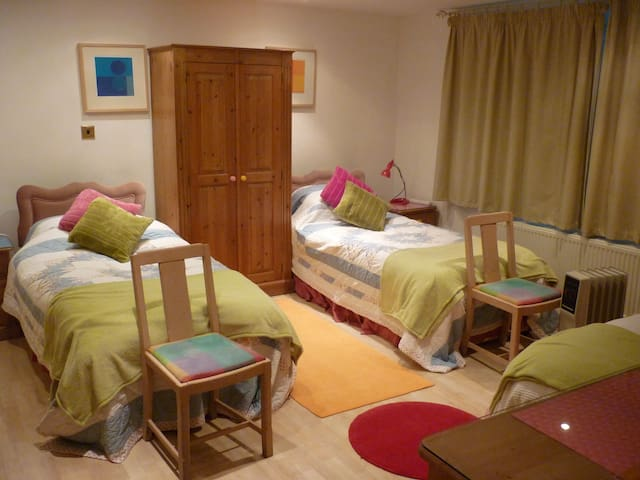 Self catering flat sleeps 3 - Warminster - Bed & Breakfast