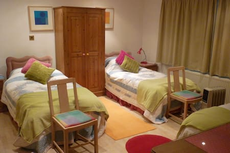 Self catering flat sleeps 3 - Warminster - 住宿加早餐