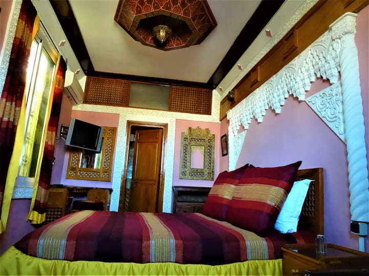"""Lovely """"Red Room"""" Whitin The Ramparts of Kasbah"""