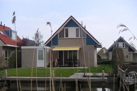 Vrijstaande vak.woning ah water in Terherne - Terherne - Zomerhuis/Cottage