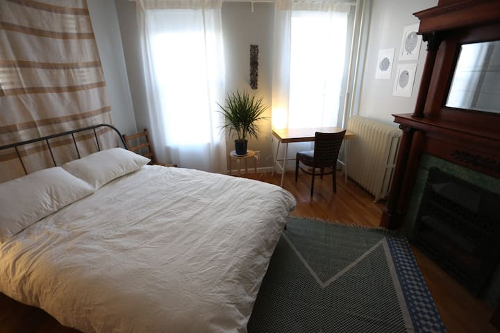 Spacious 2-bedroom Apt in Heart of Greenpoint