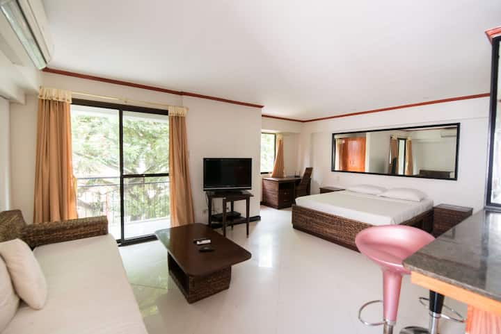 Bright, Clean Studio with Pool - Superb Location