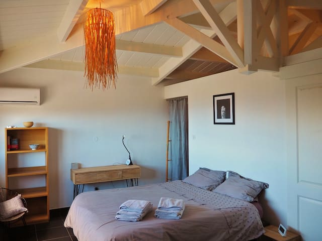 Chambre n°1 climatisée à l'étage avec vue océan