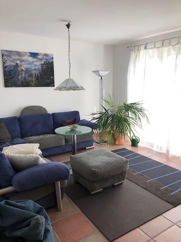 Gemütliches Wohnzimmer mit Ausgang zur Gartenterrasse