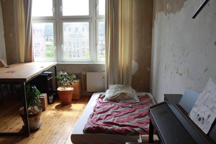 Helles WG Zimmer in wunderschöner Altbauwohnung