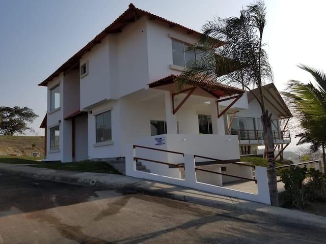 Casa de playa frente al mar en urb Punta Don Juan