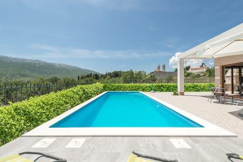 Luxury Villa Longfield,private heated pool,sauna
