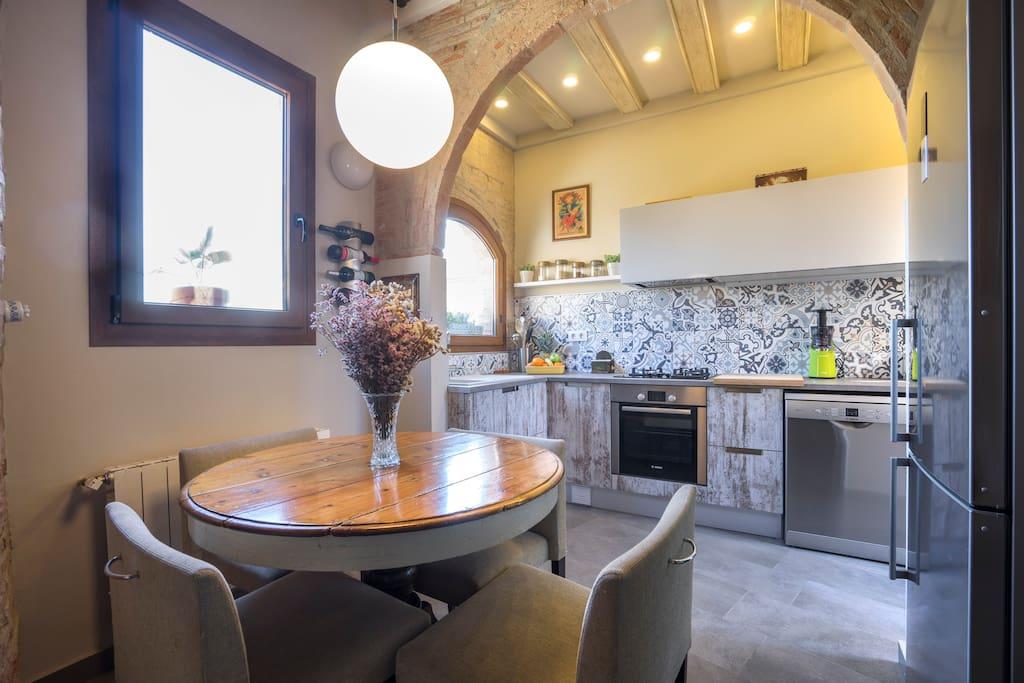 Mesa de la zona de cocina comedor. Luz por tres costados.