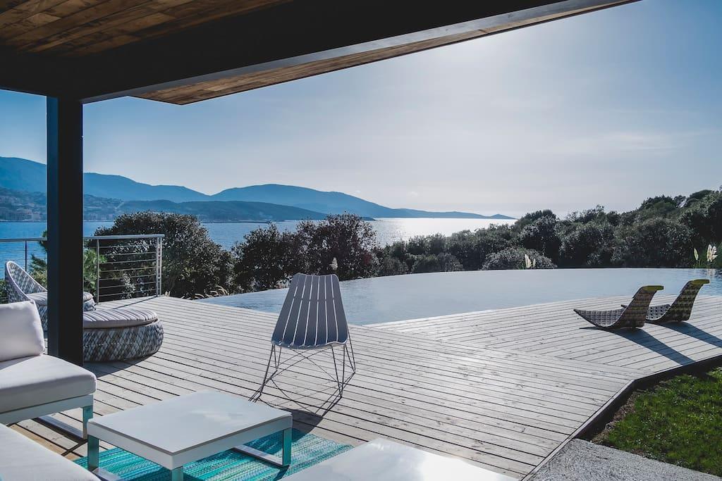 Casa lou villa d 39 architecte pied dans l 39 eau maisons for Architecte corse