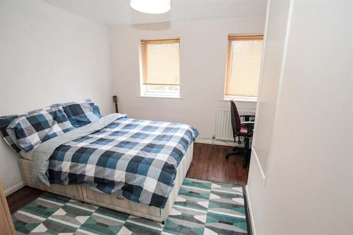 Near the Airport, Charming Room - Luton - Pis