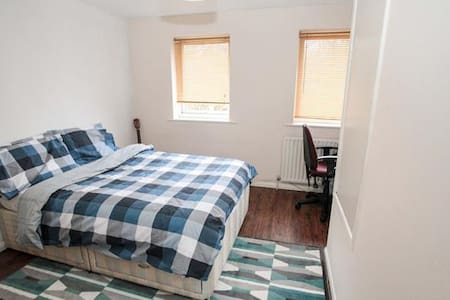 Near the Airport, Charming Room - Luton - Appartement
