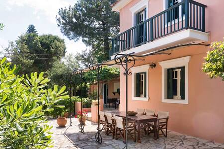Ampelopsis Holiday House - 40m from the beach!