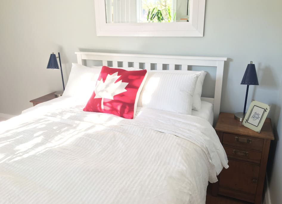 Super comfy queen bed (500 thread count organic cotton sheets and down duvet with a cotton cover)