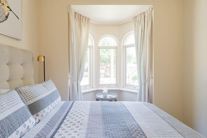 3 Bedroom Cosmopolitan House FREE WIFI/PARKING