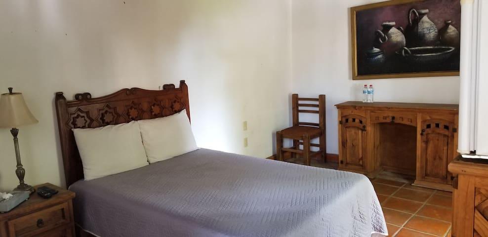 Habitacion 4 sencilla cama matrimonial, cuenta con su baño propio.