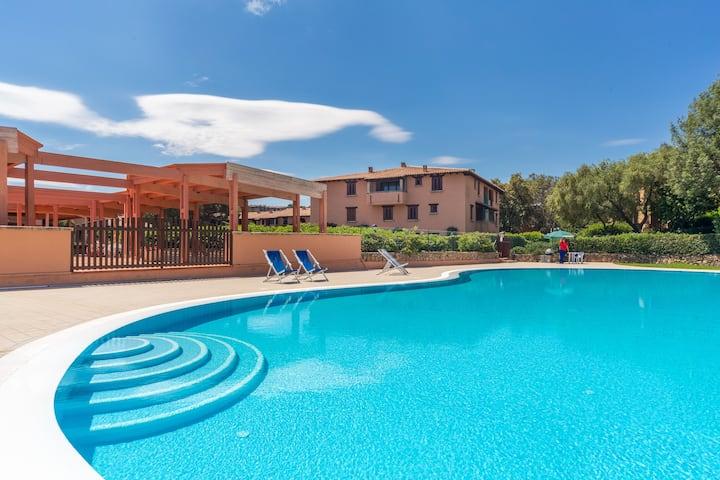 Luminoso appartamento vicino alla spiaggia con WiFi e piscina e balcone