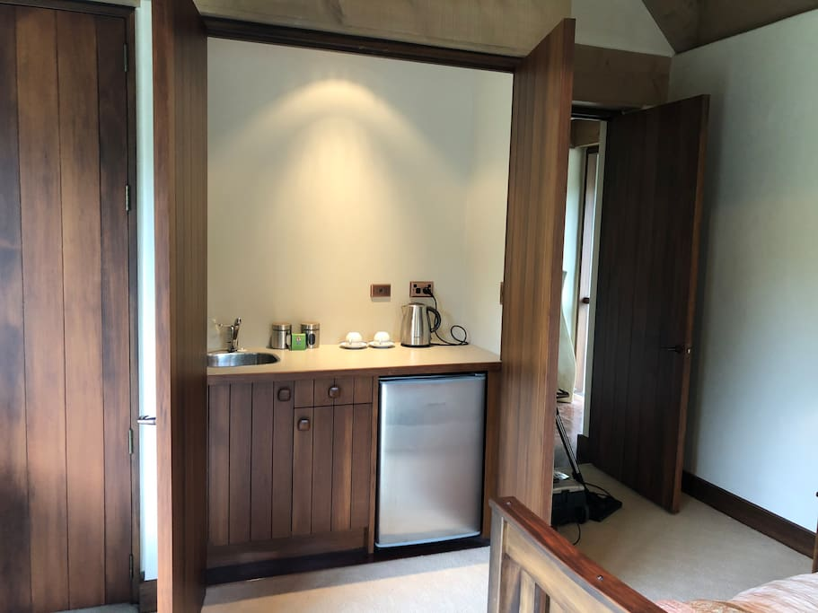 Guest amenities include sink, refrigerator and tea and coffee making facilities.