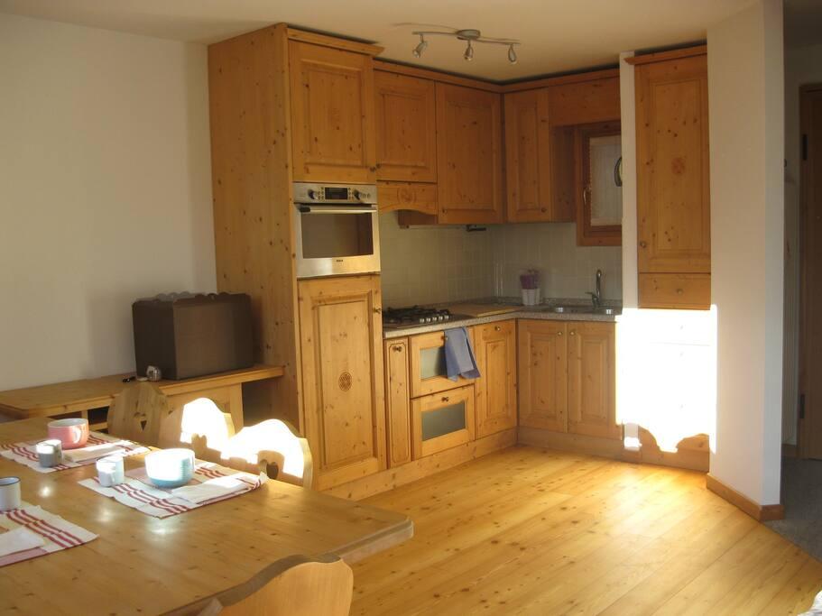 Primo piano: cucina e soggiorno