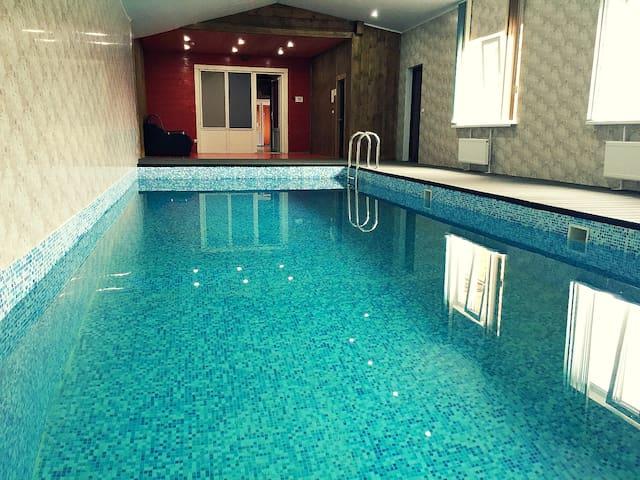 Коттедж HardRock с тёплым бассейном - Nadovrazhino