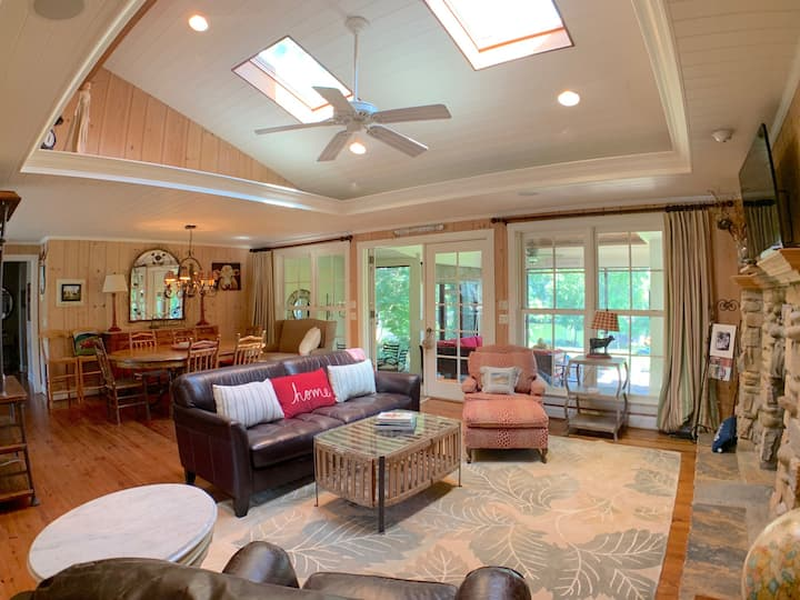 Cozy lakefront property with great sunsets!