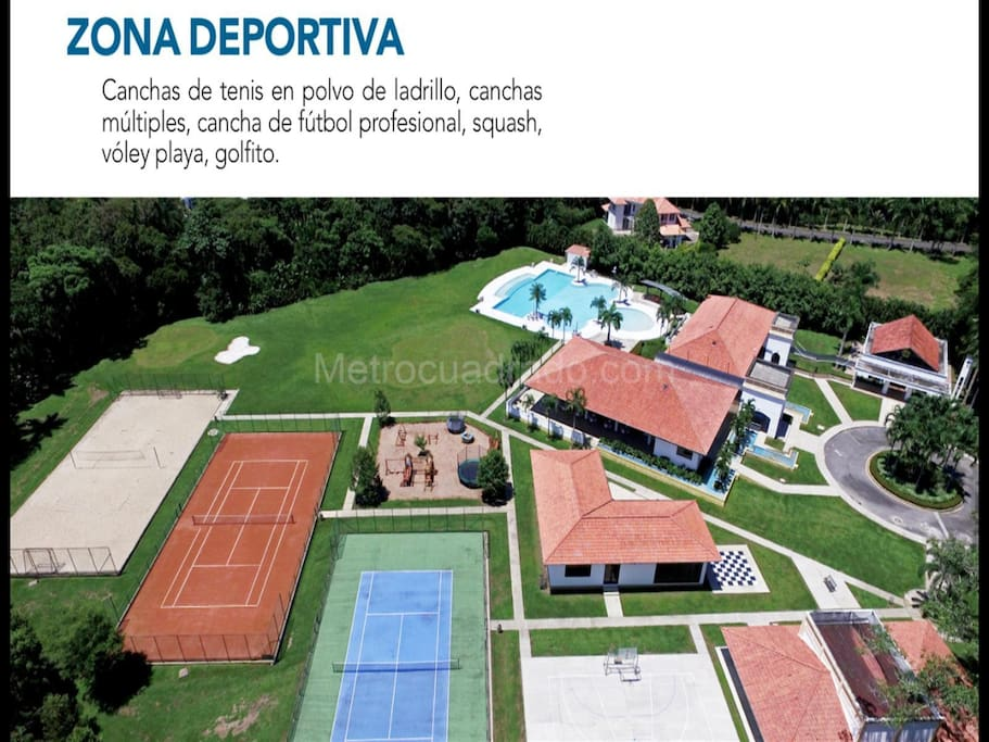 Zona social a 30 metros del hospedaje. 2 canchas de tenis, baloncesto, futbol, squash, ping pong, billar, sauna, gimnasio y piscina.
