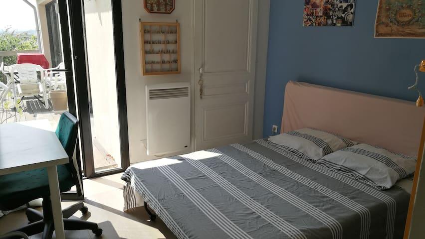 Chambre dans maison calme vue ville à deux pas
