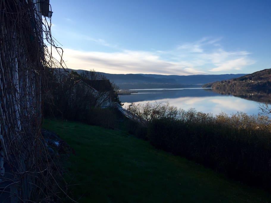 Utsikt til Heddalsvannet fra gårdsrommet