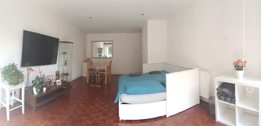 XLarge &quiet room + balcony&garden view+ parking