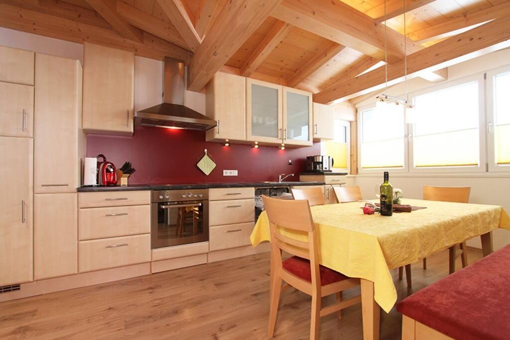 Offen gestaltete Wohnküche mit toller Aussicht.