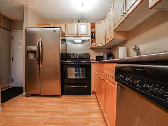 🎅Spacious Condo,DT,17thAve,Parking☀️,$0CleaningFee