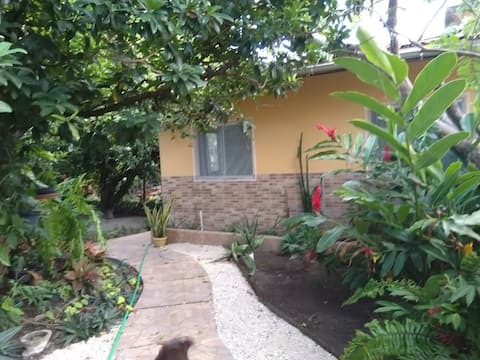 Linda casa, localizada em um ambiente bonito