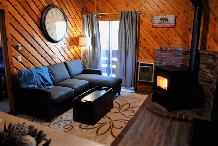 Best price in town!! Cozy Cabin Condo, Sleeps 6!