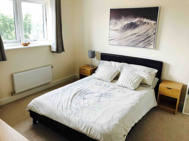 Double en-suite room in City centre eco-town house