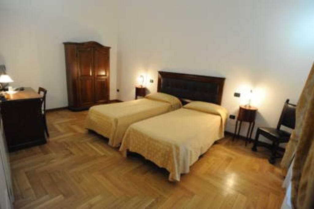 Dimostra l'arredamento lussuoso e le grandi dimensioni delle camere.