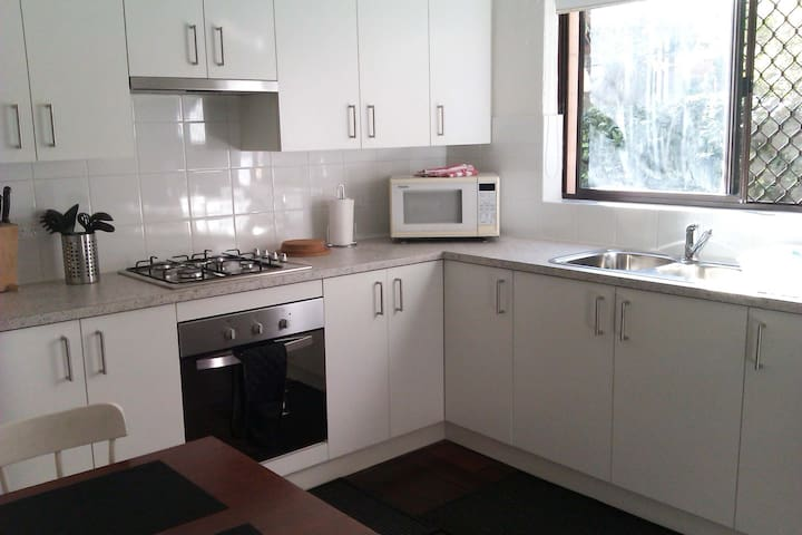 Kenata Apartment 1 - ground floor with courtyard - Crawley - Apartamento