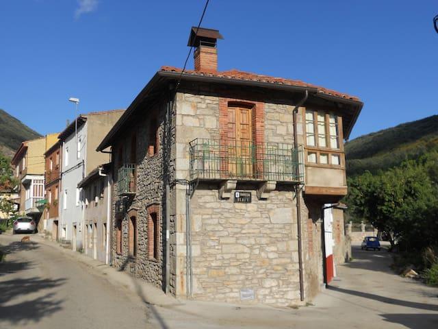 Casa rural en la montaña leonesa de cuatro valles - Huergas de Gordón