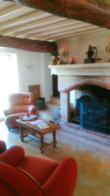 La cheminée dans le salon vous donnera tout le charme de cette demeure et le bien être