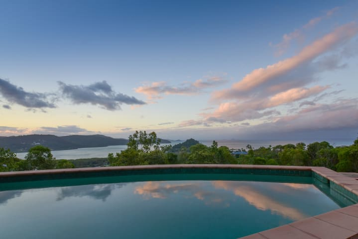 Up & Up Whitsundays: Mountain top private bungalow - Airlie Beach - Huis