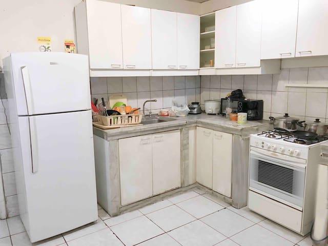 La cocina completamente equipada para uso de sus huéspedes