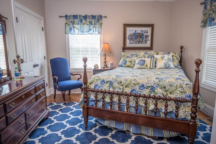 Red Door Inn - Bluebell Bedroom