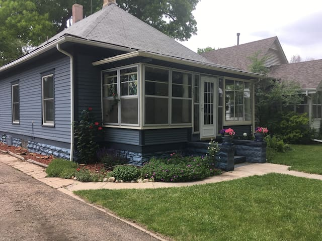 Cozy cottage home in Longmont's old town