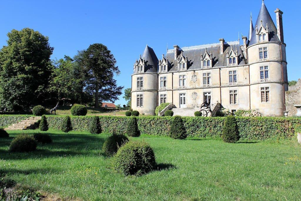 En vous promenant dans le parc vous découvrirez la façade sud du chateau réservée aux chambres d'hôtes
