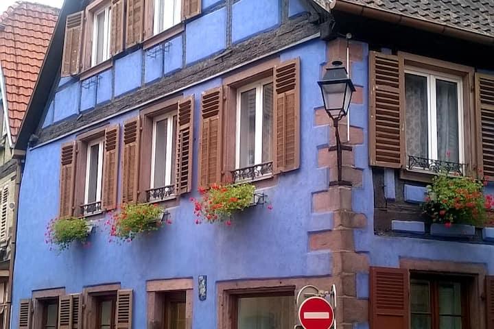 Jolie maison bleue à colombage, gîte de la Renarde