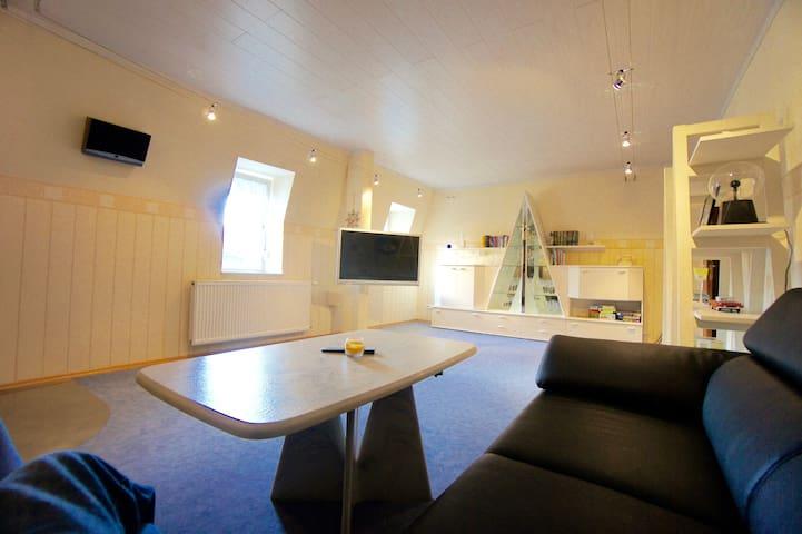 Wohnzimmer mit großem TV