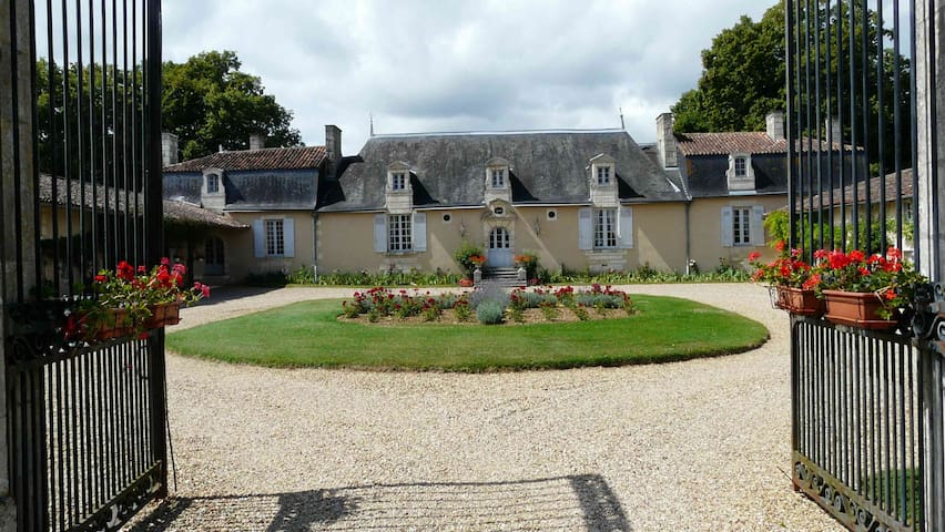 CHATEAU DE VAUMORET Chambre rose - Poitiers - Bed & Breakfast