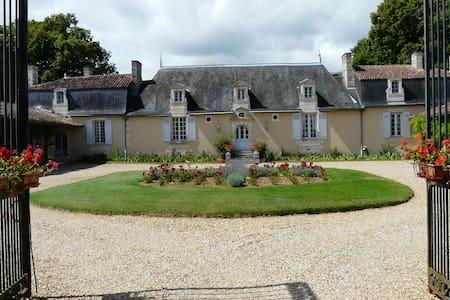 CHATEAU DE VAUMORET Chambre rose - Poitiers