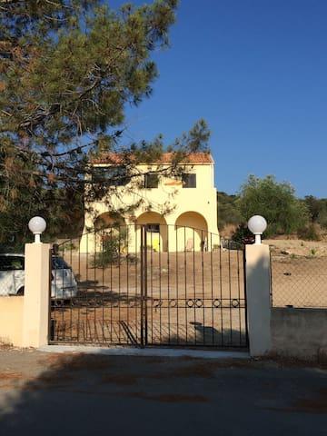 La maison de la plage en rez-de-jardin à Lozari